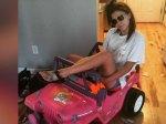 tara monroe et sa voiture Barbie